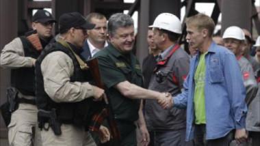 الرئيس الأوكراني يزور مدينة ماريوبول ويتعهد بالدفاع عنها