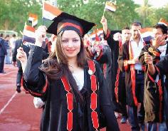 أهازيج النصر وحب الوطن في حفلات التخرج الجامعية