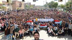 طلاب عراقيون يلتقطون أكبر «سيلفي» في العالم