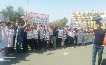 العشرات من حملة الشهادات العليا يتظاهرون امام «التعليم» لتوظيفهم