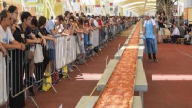 ميلانو تدخل «غينيس» بأطول بيتزا