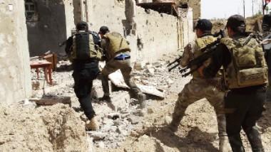 القوات الأمنية على مقربة 2 كيلومتر من الرمادي.. وفرار قيادات داعش إلى سوريا