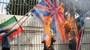 «الباسيج» تحرق إعلاماً لـ»أعداء» إيران