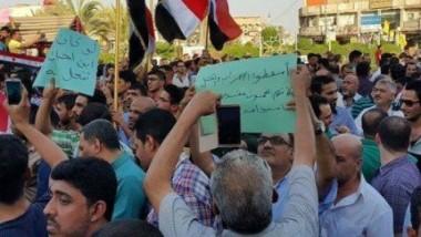 آلاف الموظفين يتظاهرون في بغداد والمحافظات احتجاجاً على سُلّم الرواتب الجديد ويهدّدون بالإضراب