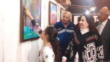 طفلة عراقية تُقيم معرضاً فنياً