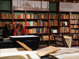 مكتبة محمّد مكيّة للبيع.. وأكاديميّون يدعون للحفاظ عليها