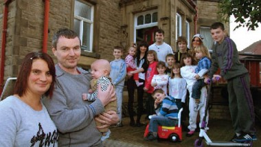 أكبر أسرة في بريطانيا تحتفل بمولودها الـ 19 وترغب بالمزيد