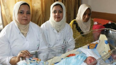 «القابلة« تظهر في الموصل بعد هجرة الأطباء
