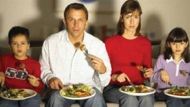 الأكل عند مشاهدة التلفزيون يزيد احتمالات تناول طعام غير صحي
