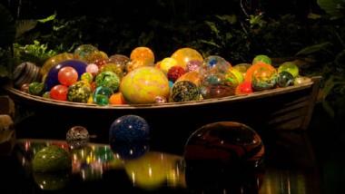 «شيهولي» يغدق نوافير ضوء من الألوان الطبيعة لتتعايش مع الفنتازيا