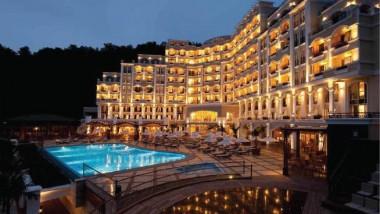 تراجع عدد السياح يجبر الفنادق التركية على تخفيض عمالتها