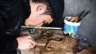 فنان عراقي يستنسخ آثاراً دمرتها يد الإرهابيين