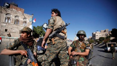 قوّات هادي تقصف معسكر الصمع  ومواقع حول مطار صنعاء الدولي