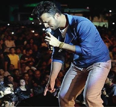 مغنٍّ باكستاني يوقف حفله  لينقذ فتاة من التحرش