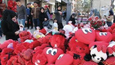 شوارع بغداد تتشح بالأحمر احتفالًا بعيد «الفالانتاين«