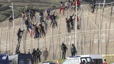 مئات المهاجرين يعبرون إلى جيب سبتة الإسباني