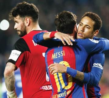 ميسي ينقذ برشلونة في الليجا.. وباريس سان جيرمان يتعثر في ملعب الأمراء