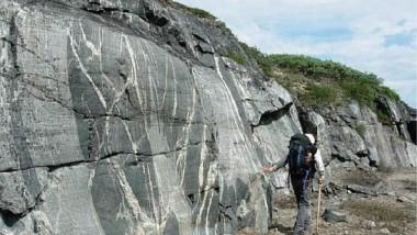 العثور على صخور القشرة الأرضية الأصلية عمرها 4.3 مليار عام