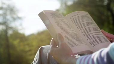 دراسة بريطانية: القراءة تساعد على تخفيف الآلام المزمنة