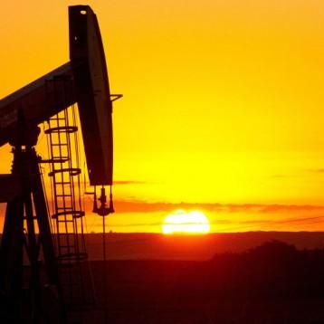 النفط يهبط بعد اقتراح البيت الأبيض البيع من الاحتياطي الأميركي