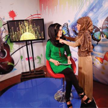 الأفغانيات ينشدن التغيير في «تلفزيون النساء»
