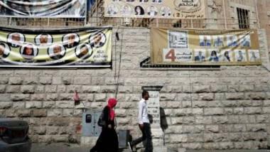 الفلسطينيون يبدأون التصويت في انتخابات بلدية تقتصر على الضفة الغربية