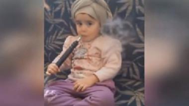 طفلة مع الأرجيلة تثير استياء رواد مواقع التواصل الاجتماعي
