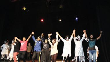 المسرحيون الشباب يحلمون بتحقيق السلام عبر ترجمة للأدب العالمي