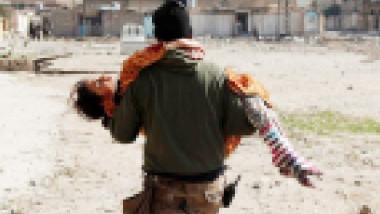 قناص داعشي: أمروني باستهداف المدنيين الهاربين بأيمن الموصل