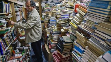 عامل نظافة يفتتح مكتبة مجانية من كتب ملقاة في النفايات