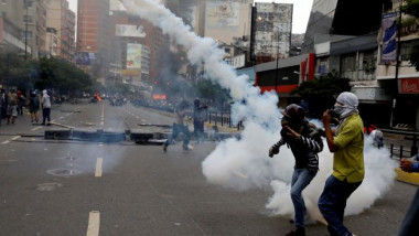 قادة المعارضة في فنزويلا يتظاهرون على متن الحافلات والقطارات