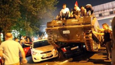 أردوغان يقيل آلاف الموظفين في الذكرى الأولى لمحاولة الانقلاب الفاشلة في 2016