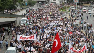 مليونا شخص تركي يحتشدون في شوارع اسطنبول في تظاهرة احتجاجية ضد النظام