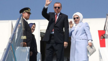 الرئيس التركي رجب أردوغان يصل إلى جدة لدعم الوساطة الكويتية في «أزمة الخليج»