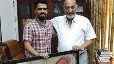 الفنان حيدر فاخر يهدي أحد أعماله إلى دائرة الفنون التشكيلية