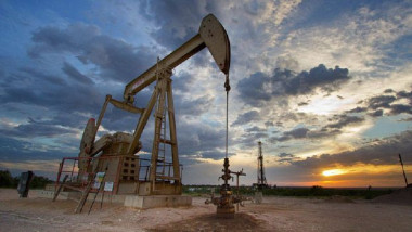 النفط يهبط وسط دلائل على زيادة التخمة العالمية