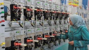 «الفولاذية» تجهّز دوائر الدولة بالأعمدة الكهربائية والعلامات المرورية