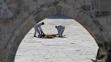 مقتل شرطيين إسرائيليين وثلاثة مسلحين في هجوم قرب المسجد الأقصى