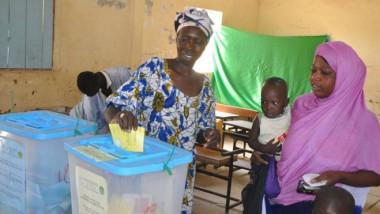 استفتاء موريتانيا يُلغي مجلس  الشيوخ ويُغيّر العلم الوطني