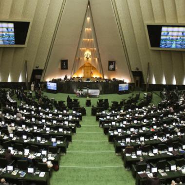 برلمان إيران يبقي وزيري النفط والخارجية في مجلس الوزراء