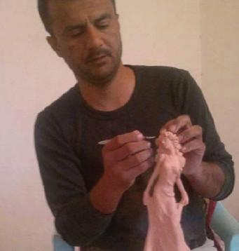 نحات عراقي ينحت آثار سومر وبابل ينتظر منحه هوية فنان !