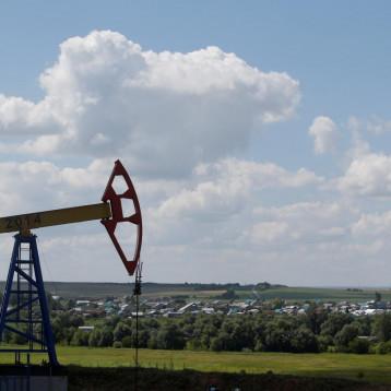 النفط يقفز 3 % مع نزول الدولار  وانخفاض عدد الحفارات الأميركية