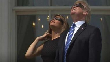 ترامب وميلانيا يتابعان الكسوف من على شرفة البيت الأبيض