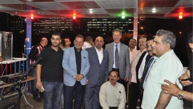 مثقفون وأدباء وعائلات عراقية تحتفل على متن الزورق الأدبي
