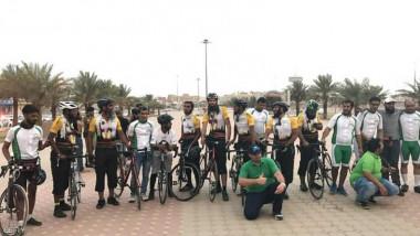حجاج بريطانيون على دراجات هوائية يصلون المدينة