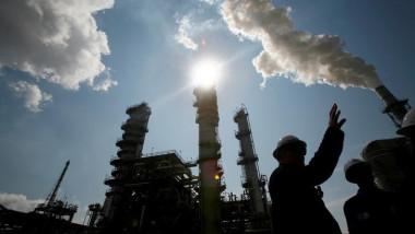 هبوط أسعار النفط الخام وارتفاع البنزين مع تعطل خمس إنتاج الوقود الأميركي