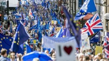 المعارضون لخروج بريطانيا من الاتحاد الأوروبي يحتجون في ساحة البرلمان