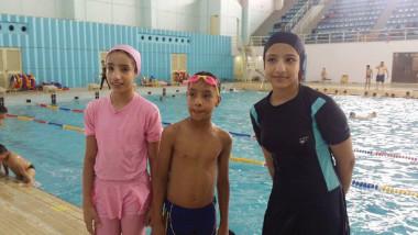 3 أشقاء موهوبين يواصلون  التفوق في أحواض السباحة