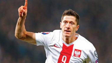ليفاندوفسكي يدخل تأريخ  بولندا ويقربها من النهائيات