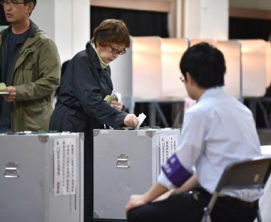 اليابانيون يصوتون في انتخابات تشريعية يرجّح فوز حزب رئيس الوزراء فيها